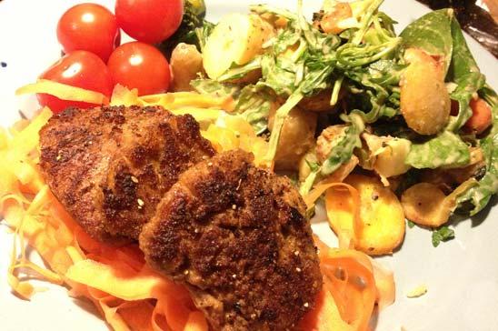 Het potatissallad med vegofiléer på morotsbädd