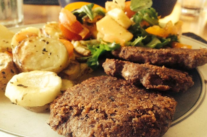 Lins- och bönbiffar med rotsaker och sallad